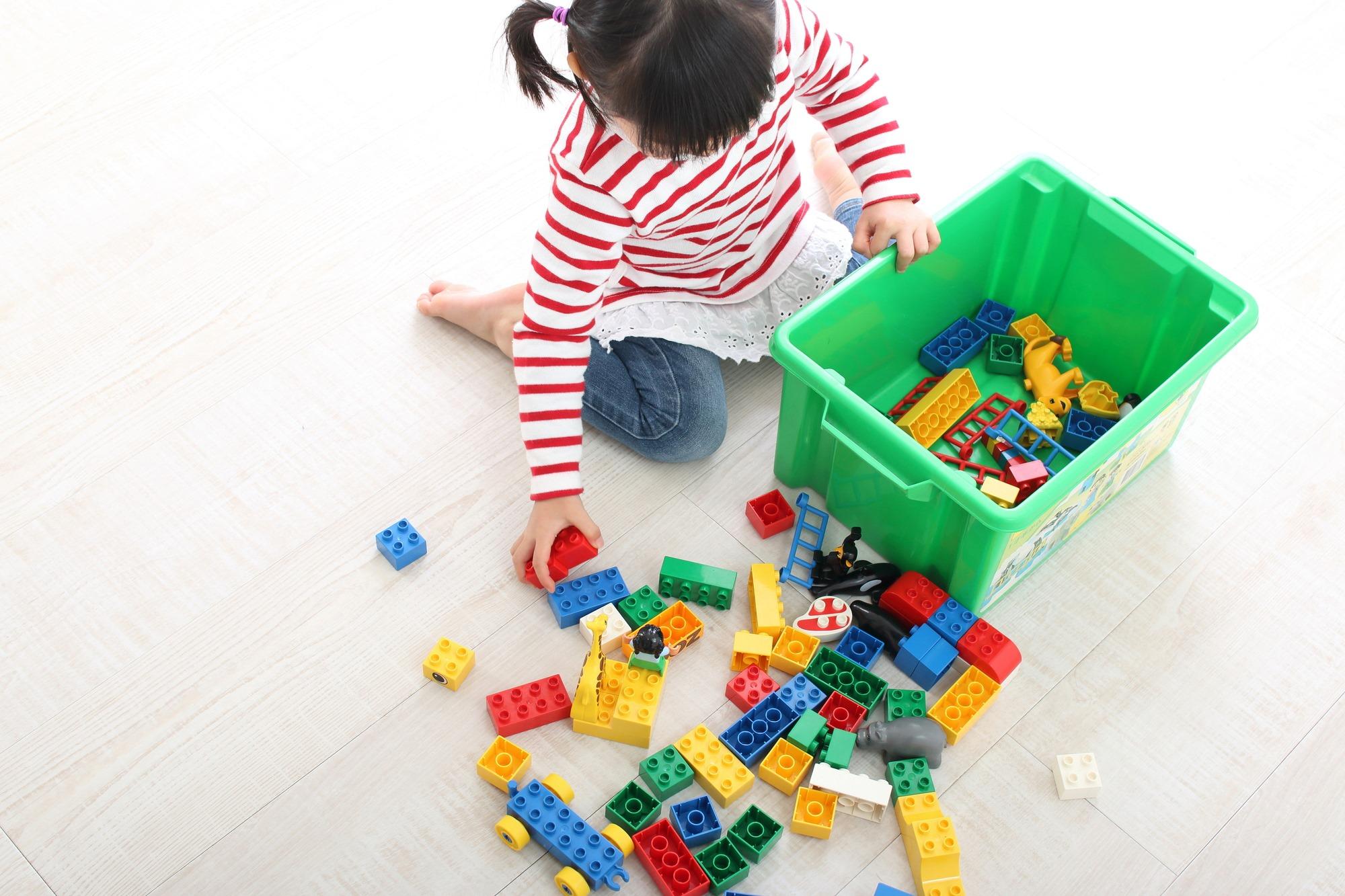 レゴブロックを出す幼児